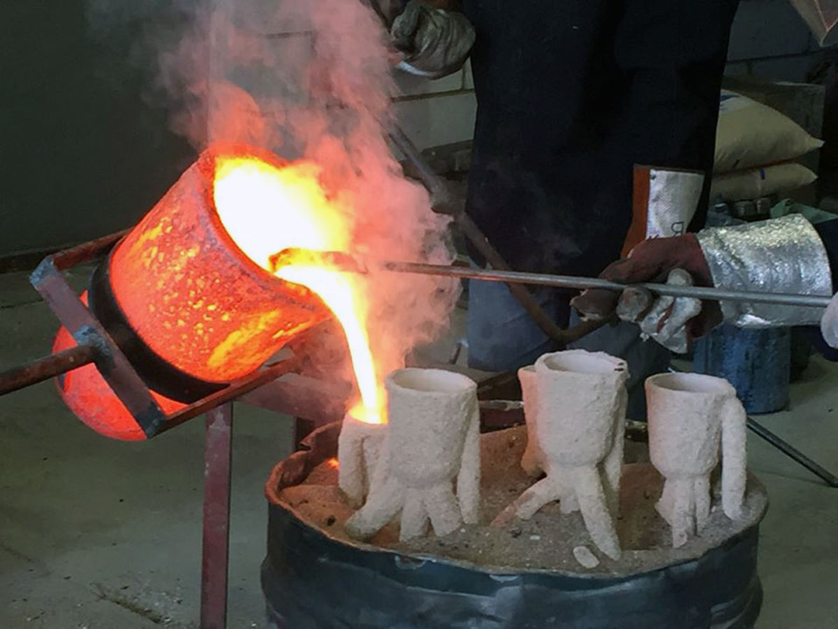 bronze is poured into Treo's paw moulds